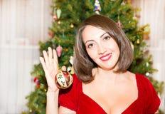 Stående av den unga kvinnan runt om en dekorerad julgran Flicka på nytt år för ferie Royaltyfri Bild