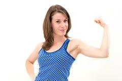 Kvinna som böjer henne biceps Fotografering för Bildbyråer
