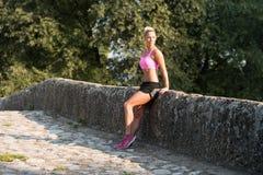Stående av den unga kvinnan som gör spring för utomhus- aktivitet Fotografering för Bildbyråer
