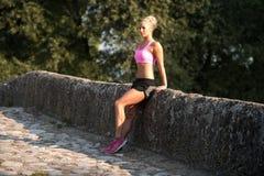 Stående av den unga kvinnan som gör spring för utomhus- aktivitet Royaltyfria Bilder
