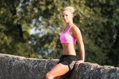Stående av den unga kvinnan som gör spring för utomhus- aktivitet Royaltyfria Foton
