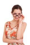 Stående av den unga kvinnan som ser över exponeringsglas Arkivbild