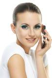 Stående av den unga kvinnan som talar på telefonen Arkivbild