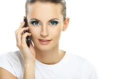 Stående av den unga kvinnan som talar på telefonen Arkivfoton