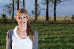 Stående av den unga kvinnan som utomhus ler Fotografering för Bildbyråer