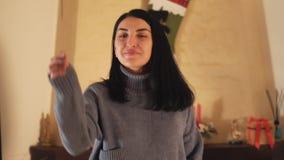Stående av den unga kvinnan som vinkar upp en tomteblossdans i modernt rumslut Damen ?r lycklig och att le Begrepp av stock video