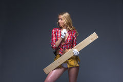 Stående av den unga kvinnliga konstruktionssnickaren Arkivfoton