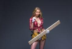 Stående av den unga kvinnliga konstruktionssnickaren Royaltyfria Foton