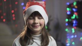 Stående av den unga le flickan i julhatt arkivfilmer