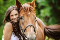Stående av den unga le kvinnan med hästen Royaltyfria Bilder