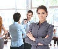 Ung lobby för affärskvinna i regeringsställning arkivbild