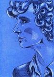 Stående av den unga lockiga haired mannen på bakgrund för blått papper Royaltyfri Foto