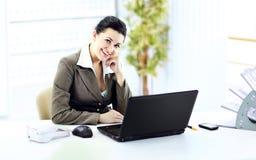 Ung lyckad affärskvinna i kontoret Arkivfoton