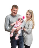 Stående av den unga lyckliga familjen med ungen royaltyfri bild