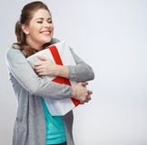 Stående av den unga lyckliga le asken för kvinnahållgåva le för gir Arkivfoton