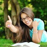 Stående av den unga lyckliga le gladlynta kvinnan, i att ligga för exponeringsglas fotografering för bildbyråer