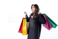 Stående av den unga lyckliga le kvinnan med shoppingpåsar, isolat Royaltyfria Foton
