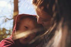 Stående av den unga mamman som kramar hennes lilla son Royaltyfria Bilder