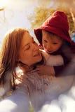 Stående av den unga mamman som spelar med hennes lilla son Arkivbilder