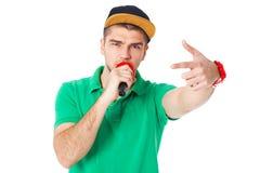 Stående av den unga manliga höfthopperen som sjunger i studion som isoleras på Arkivbilder
