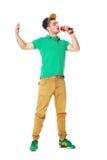 Stående av den unga manliga höfthopperen som sjunger i studion som isoleras på Royaltyfri Fotografi