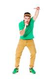 Stående av den unga manliga höfthopperen som sjunger i studion som isoleras på Fotografering för Bildbyråer
