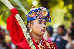 Stående av den unga mannen för Balinese i traditionell dräkt Arkivbilder