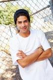Stående av den unga mannen i anseende för stads- inställning vid staketet royaltyfria foton