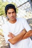 Stående av den unga mannen i anseende för stads- inställning vid staketet arkivbilder