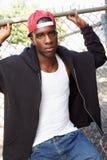 Stående av den unga mannen i anseende för stads- inställning vid staketet royaltyfri fotografi