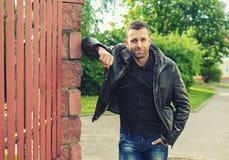 stående av den unga mannen i ett läderomslag Royaltyfri Foto