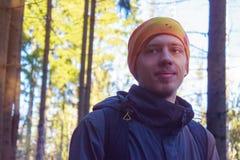 Stående av den unga mannen i skogen Arkivfoton