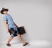 Stående av den unga mannen i solglasögon med suitcas Arkivfoton