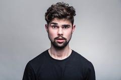 Stående av den unga mannen i svart t-skjorta fotografering för bildbyråer