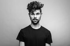 Stående av den unga mannen i svart t-skjorta royaltyfri fotografi