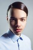 Stående av den unga mannen med den retro klassiska frisyren härlig för studiokvinna för par dans skjutit barn arkivfoton