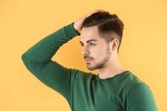 Stående av den unga mannen med härligt hår fotografering för bildbyråer