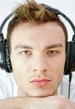 Stående av den unga mannen med hörlurar Arkivfoton