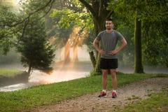 Stående av den unga mannen som gör spring för utomhus- aktivitet Royaltyfri Foto