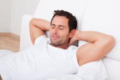 Stående av den unga mannen som sover på säng Royaltyfri Foto
