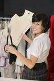 Stående av den unga modeformgivaren som arbetar på designmodell Royaltyfri Foto