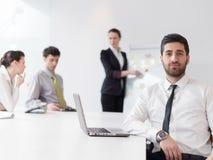 Stående av den unga moderna arabiska affärsmannen på kontoret Arkivfoto