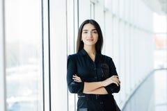Stående av den unga nätta affärskvinnan i kontoret arkivbild