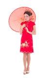 Stående av den unga nätta kvinnan i röd japansk klänning med umbrel Royaltyfri Foto