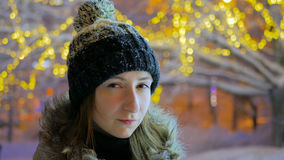 Stående av den unga nätta kvinnan i staden på natten Fotografering för Bildbyråer