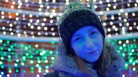 Stående av den unga nätta kvinnan i staden på natten Royaltyfria Bilder