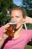 Stående av den unga nätta kvinnan med öl Royaltyfri Fotografi