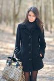 Stående av den unga nätta kvinnan med handväskan royaltyfria foton