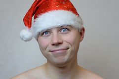 Stående av den unga nakna mannen med jultomtenhatten Royaltyfri Bild