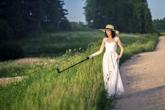 Stående av den unga och attraktiva kvinnan i den vita klänningen Fotografering för Bildbyråer